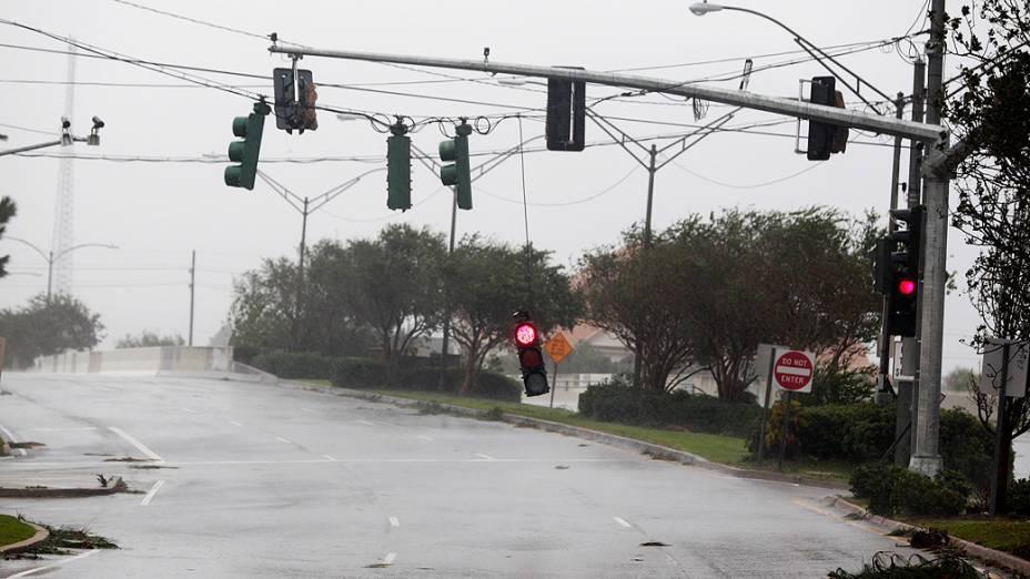 Chegada da tempestade tropical Isaac a Nova Orleans, na Lousiana, derrubou árvores e semáforos