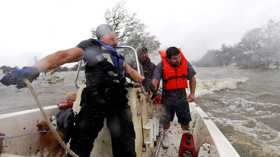 Equipes de resgate enfrentam vento e chuva do furacão Isaac enquanto buscam por moradores ilhados em Braithwaite, Louisiana