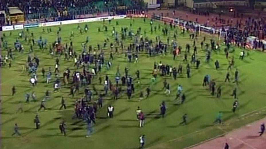 Torcedores invadem o gramado durante a partida entre Al Masry e Al Ahly válida pelo Campeonato Egípcio