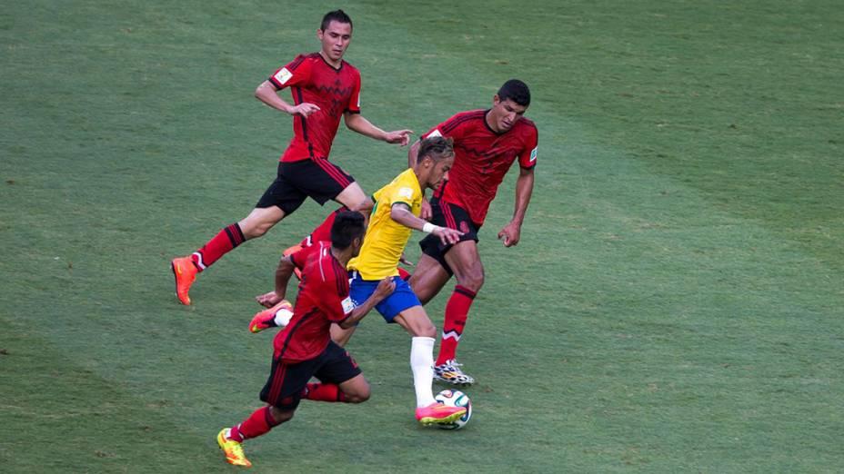 Neymar é marcado por três jogadores do México no Castelão, em Fortaleza