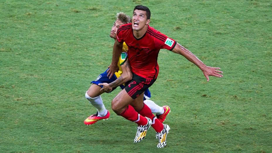 Neymar disputa a bola com Javier Rodríguez, do México, no Castelão em Fortaleza