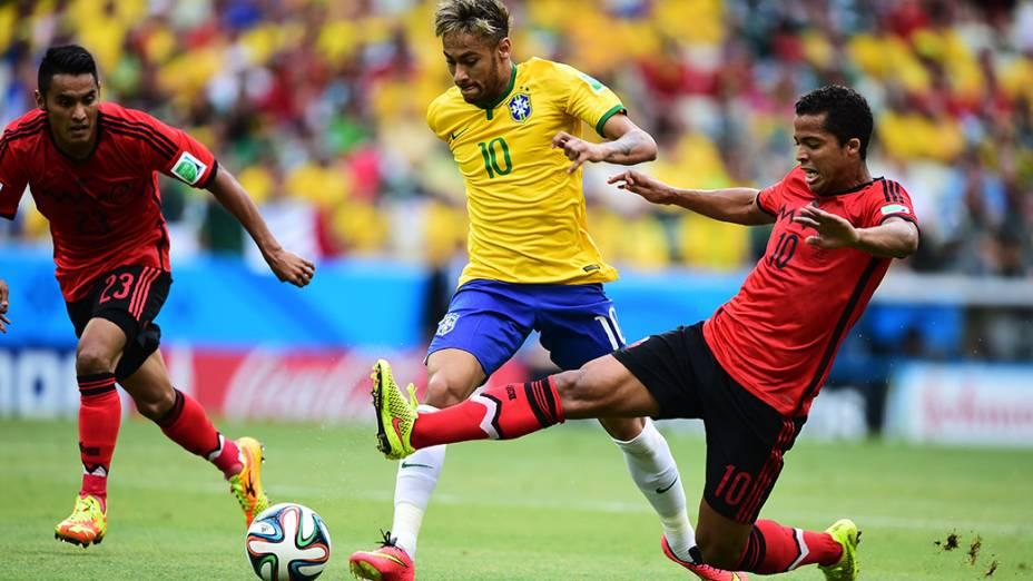 Neymar disputa a bola no jogo contra o México no Castelão, em Fortaleza