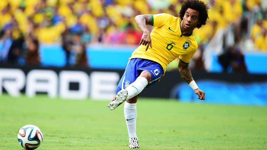 Marcelo toca a bola no jogo contra o México, em Fortaleza