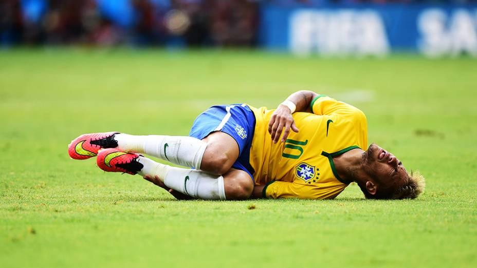 Neymar cai no gramado após falta no jogo contra o México no Castelão, em Fortaleza