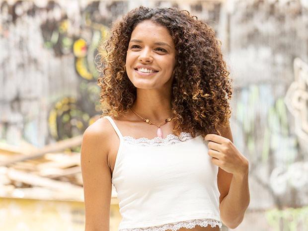 Kizi Vaz é Gabi, mora no morro da Babilônia, sonha em se casar e ter filhos