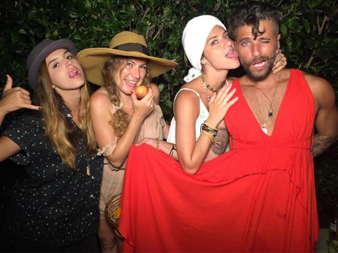 Bruno Gagliasso vai de vestido a festa de Paulo Vilhena
