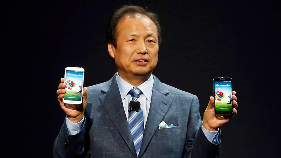 O presidente da divisão de aparelhos móveis da Samsung J. K. Shin apresenta o novo Galaxy S4
