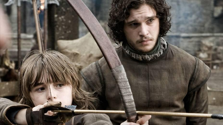 O bastardo de Ned Stark, Jon Snow (Kit Harington, estreante), ensina o meio-irmão, Brandon Stark (Isaac Hempstead-Wright, também estreante), a atirar com o arco e flecha em Winterfell, no norte do continente de Westeros