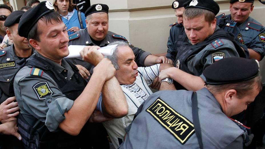 Polícia russa prende o famoso enxadrista e ativista de oposição Garry Kasparov
