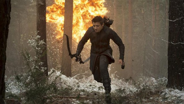 Gavião Arqueiro (Jeremy Renner) em cena do filme Vingadores - Era de Ultron