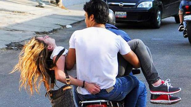 Génesis Carmona é socorrida após ser baleada em protesto