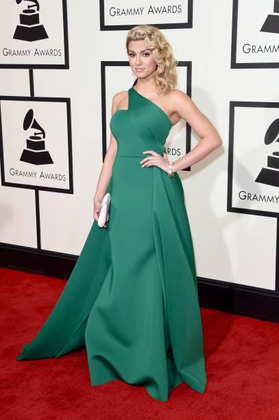 A cantora Tori Kelly no tapete vermelho do Grammy 2016