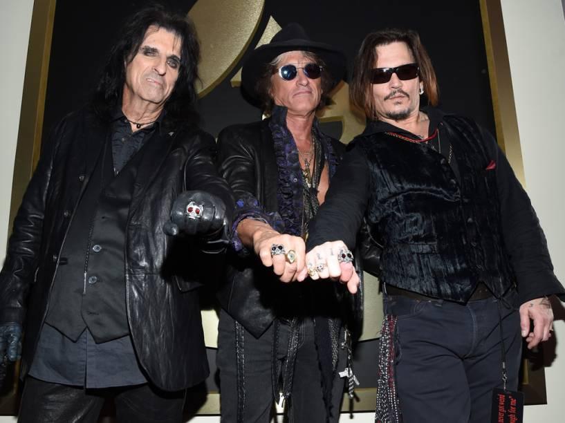 Alice Cooper, Joe Perry e Johnny Depp no tapete vermelho do Grammy 2016