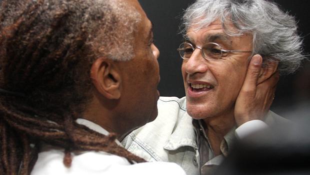 Os cantores Gilberto Gil e Caetano Veloso se encontram nos bastidores de show