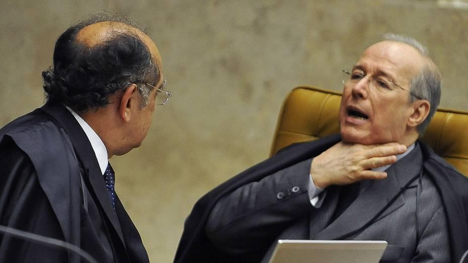 Os ministros Gilmar Mendes e Celso de Mello durante retomada do julgamento do mensalão