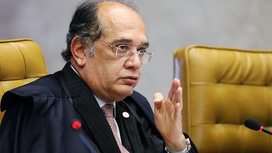 Ministro Gilmar Mendes durante sessão que julga o mensalão, em 17/10/2012