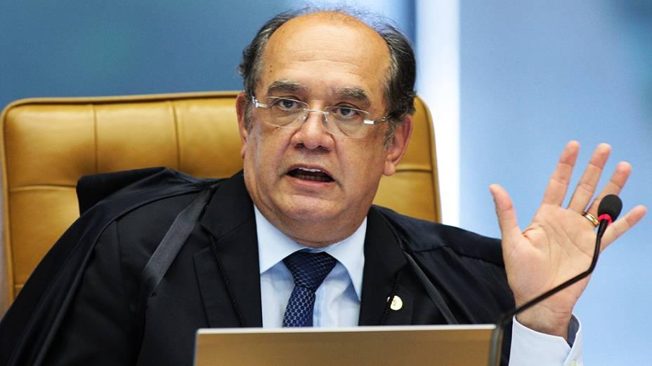 Ministro Gilmar Mendes durante sessão que julga o mensalão, em 10/12/2012