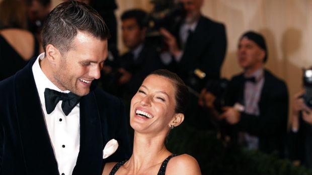 A modelo Gisele Bündchen com o marido, o jogador de futebol americano Tom Brady, no baile do Metropolitan Museum of Art, em Nova York
