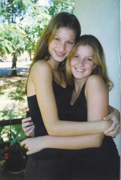 Gisele com a irmã gêmea, Patrícia, em Horizontina (RS), sua cidade natal
