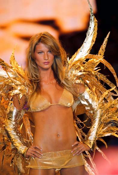 Em 2000, Gisele desfilou em Cannes, na França, para um evento beneficente da AmFAR, a Fundação Americana pela Pesquisa da Aids