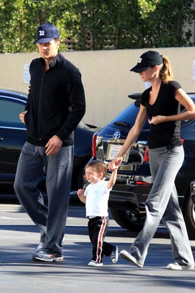 Gisele e Tom Brady levam John para passear. Ele é filho do jogador com a atriz Bridget Moynahan