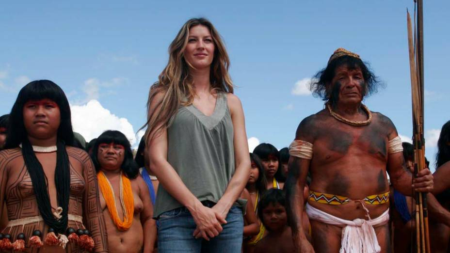 """Gisele foi ao Parque Indígena do Xingu, no Mato Grosso, e passou dois dias na aldeia dos Kisêdjê para fotografar uma campanha publicitária e promover a campanha """"Y Ikatu Xingu"""" (Salve a Água Boa do Xingu), para proteger e recuperar nascentes e matas ciliares do rio que corta o parque"""