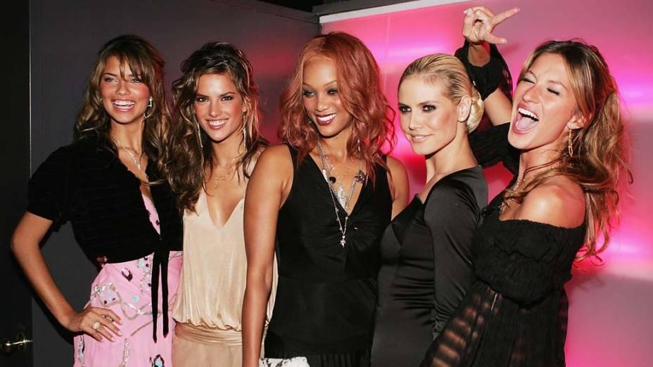 Gisele com as modelos Adriana Lima, Alessandra Ambrosio, Tyra Banks e Heidi Klum, em festa da marca Victoria´s Secret, para a qual todas desfilam