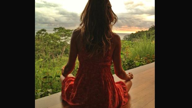 Gisele Bündchen medita em foto postada nas redes sociais: Conhecer a si mesmo é o começo de toda a sabedoria