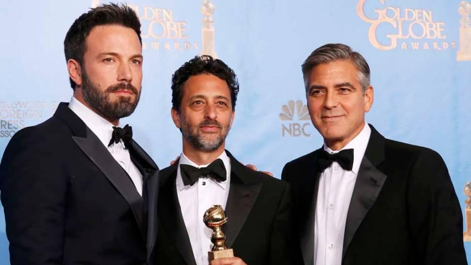 Ben Affleck com os produtes de <em>Argo</em>, Grant Heslov e George Clooney, vencedor da categoria melhor filme de drama