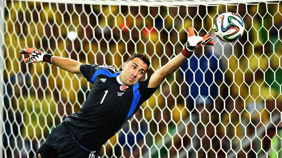 O goleiro colombiano David Ospina pula para alcançar a bola chutada por David Luiz no Castelão, em Fortaleza