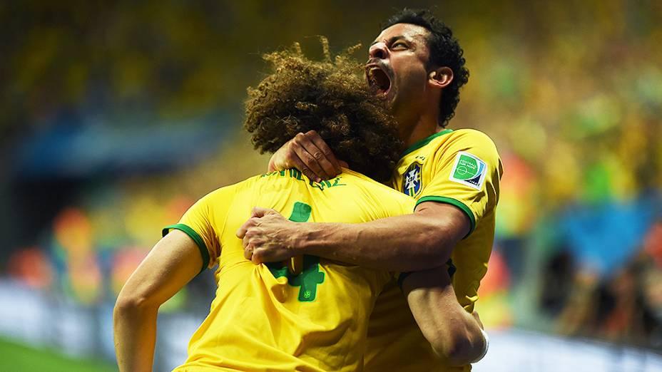 Fred comemora com David Luiz o terceiro gol do Brasil contra Camarões no Mané Garrincha, em Brasília