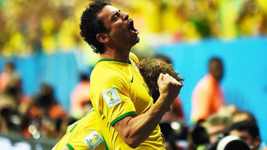 Fred comemora o terceiro gol do Brasil contra Camarões no Mané Garrincha, em Brasília