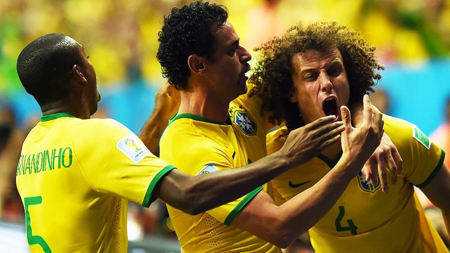 Jogadores do Brasil comemoram o terceiro gol do Brasil contra Camarões no Mané Garrincha, em Brasília