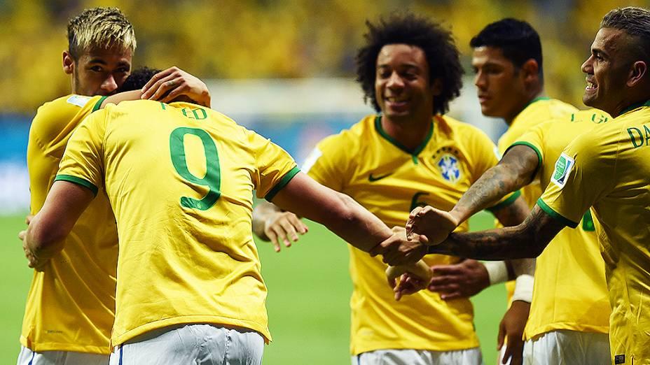 Jogadores do Brasil cumprimentam Fred pelo terceiro gol contra Camarões no Mané Garrincha, em Brasília