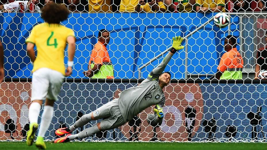 Júlio César pula mas não defende o pênalti chutavo pelo holandês Van Persie, no Mané Garrincha em Brasília