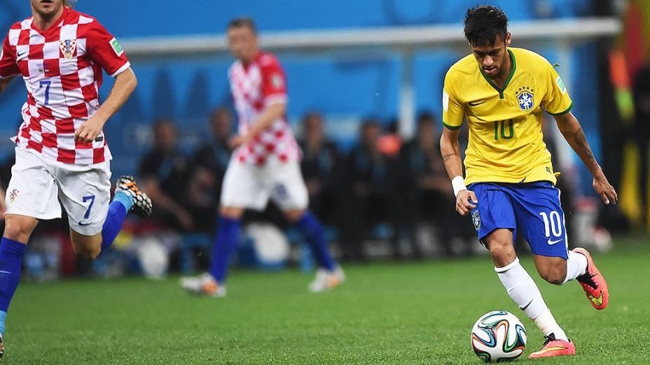 Neymar comemora o primeiro gol do Brasil contra Camarões no Mané Garrincha, em Brasília