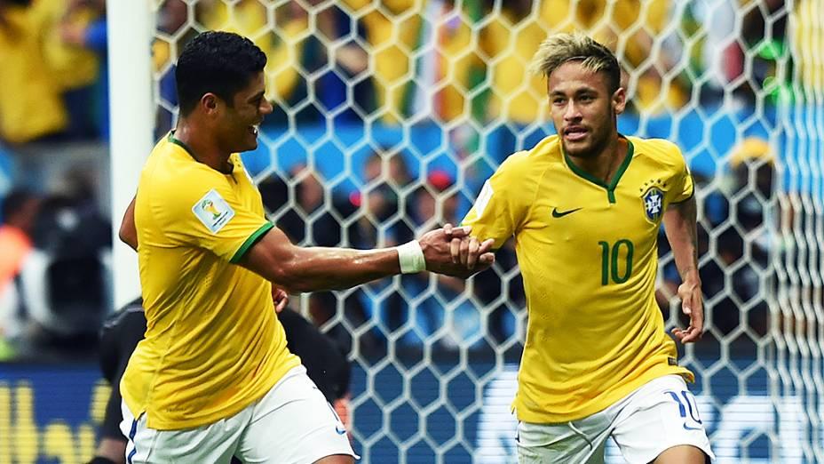 Jogadores do Brasil comemoram o segundo gol contra a Itália, pela Copa das Confederações, em Salvador