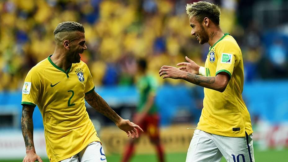 Neymar comemora com Daniel Alves gol contra Camarões no Mané Garrincha, em Brasília