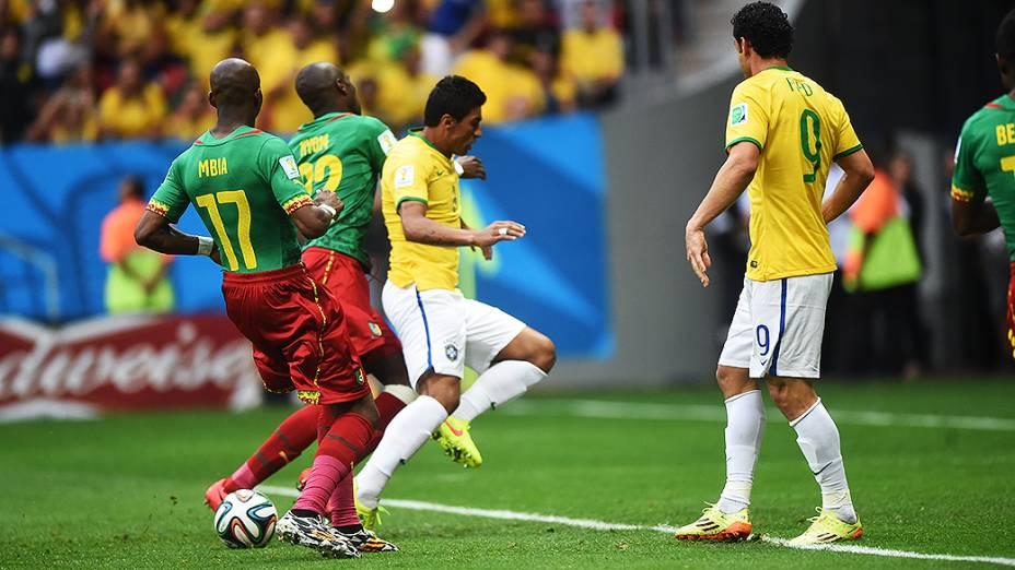 Paulinho é marcado pelo jogador de Camarões no Mané Garrincha, em Brasília