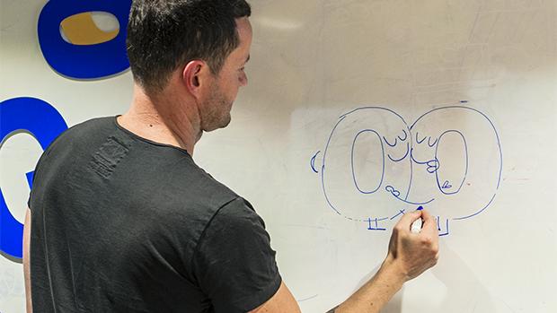 O inglês Matthew Cruickshank faz rascunho do que poderia ser o Doodle da hipotética final entre Brasil e Argentina, no escritório do prédio Google, em São Paulo