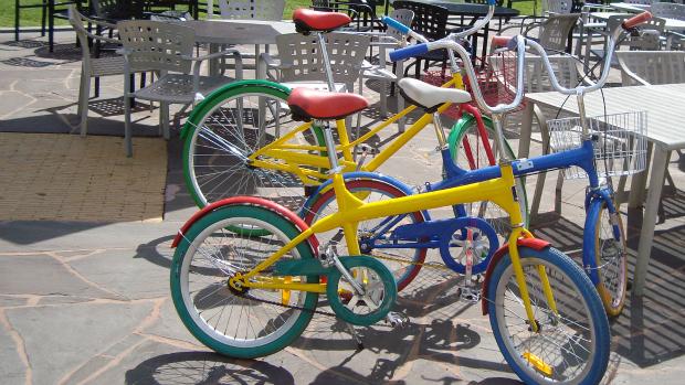 Funcionários do Google usam bicicletas coloridas como transporte no complexo