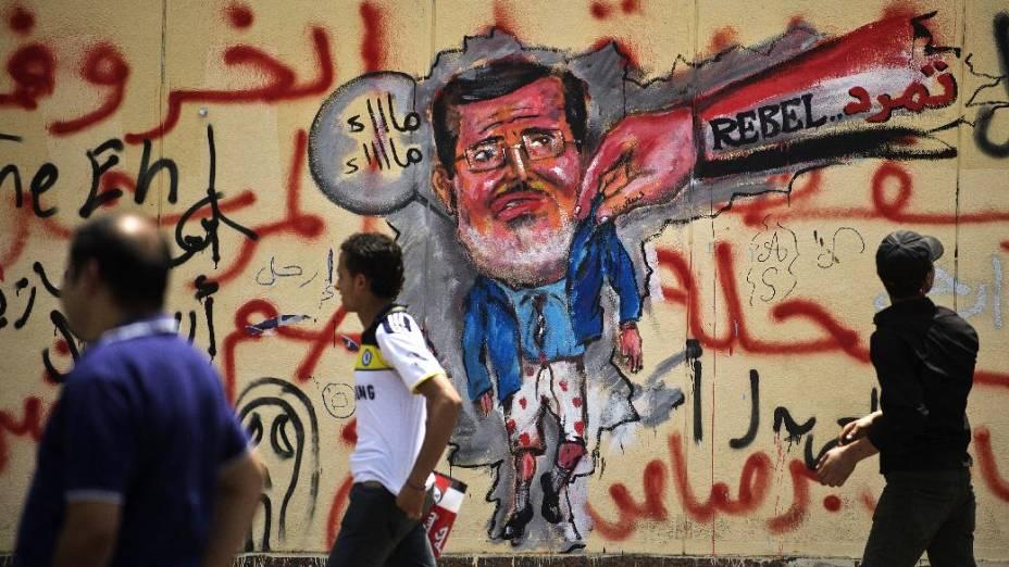 Grafite no muro do palácio presidencial, no Cairo: manifestantes exigem a renúncia do presidente Mohamed Mursi
