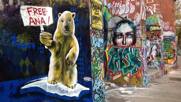 Grafite do artista brasileiro em Moscou que pede a libertação de Ana Paula