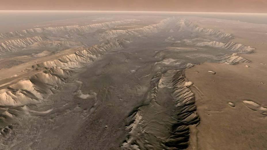 <p>O Grand Canyon marciano é 10 vezes mais longo, 20 vezes mais largo e cinco veze mais profundo do que o original, localizado nos Estados Unidos. A foto foi tirada pela sonda Odyssey e colorido por meio de computação gráfica para se aproximar com o espectro de cores visível aos seres humanos.</p>