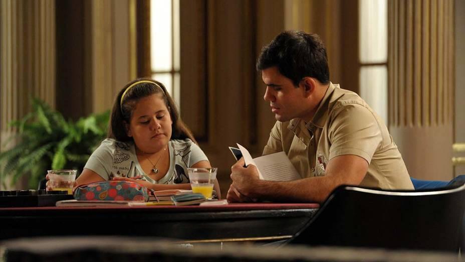 Ágata (Ana Karolina Lannes) ensina Adauto (Juliano Cazarré) a ler durante gravações de Avenida Brasil