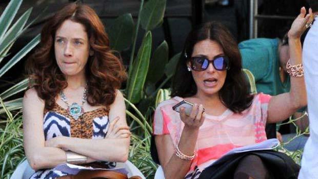 Noêmia (Camila Morgado) e Alexia (Carolina Ferraz) durante gravações da novela Avenida Brasil