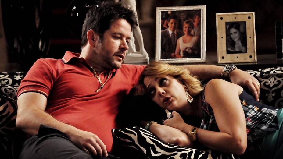 Ivana (Letícia Isnard) chora por Max (Marcello Novaes) e Tufão (Murilo Benício) a consola