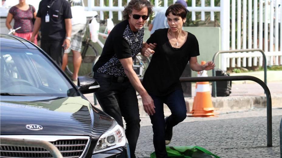 Max (Marcelo Novaes) e Nina (Deborah Falabella) durante gravações de Avenida Brasil na praia do Recreio dos Bandeirantes