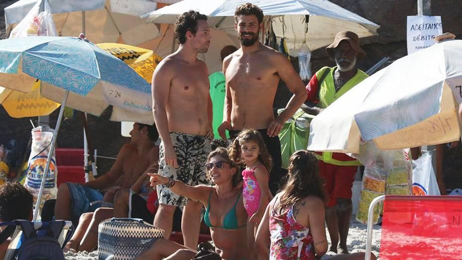 Grazi Massafera, Sofia e Cauã Reymond na praia Joatinga