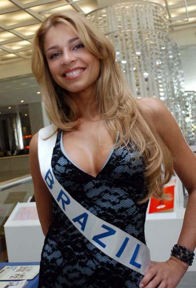 Grazi Massafera, como Miss Brasil, participande do concurso Miss Beleza Internacional, em Tóquio, no Japão, em 2004